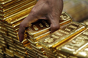 Gold Hits near 1 Month High as Trade Drag Prompts Safety Buying